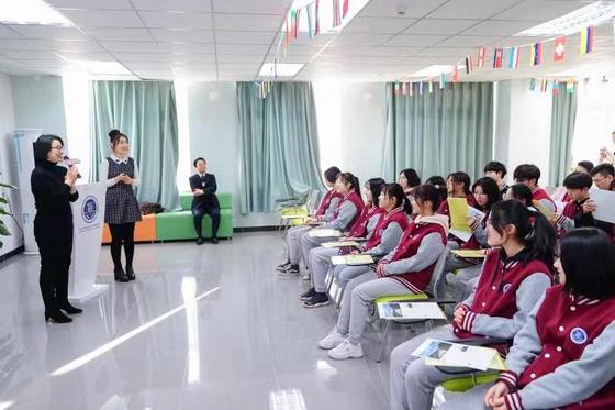 송숙영 미림여고 글로벌역량지원부장이 지난해 12월 26일 중국 베이징 신푸슈에외고에서 열린 입학설명회에서 학교 홍보를 하고 있다. [사진 미림여고]