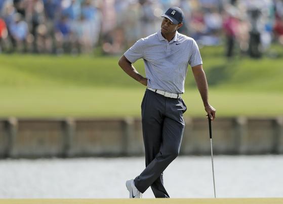 타이거 우즈가 16일 PGA 플레이어스 챔피언십 2라운드 17번 홀에서 아쉬운 표정을 짓고 있다. [AP=연합뉴스]