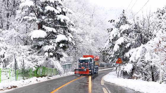 지난 7일 전국의 최고기온이 영상 5도에서 14도 사이를 나타내면서 봄 날씨를 보였지만 강원도 산간에는 대설주의보가 발령되는 등 최고 26.8㎝의 눈이 내렸다. [연합뉴스]