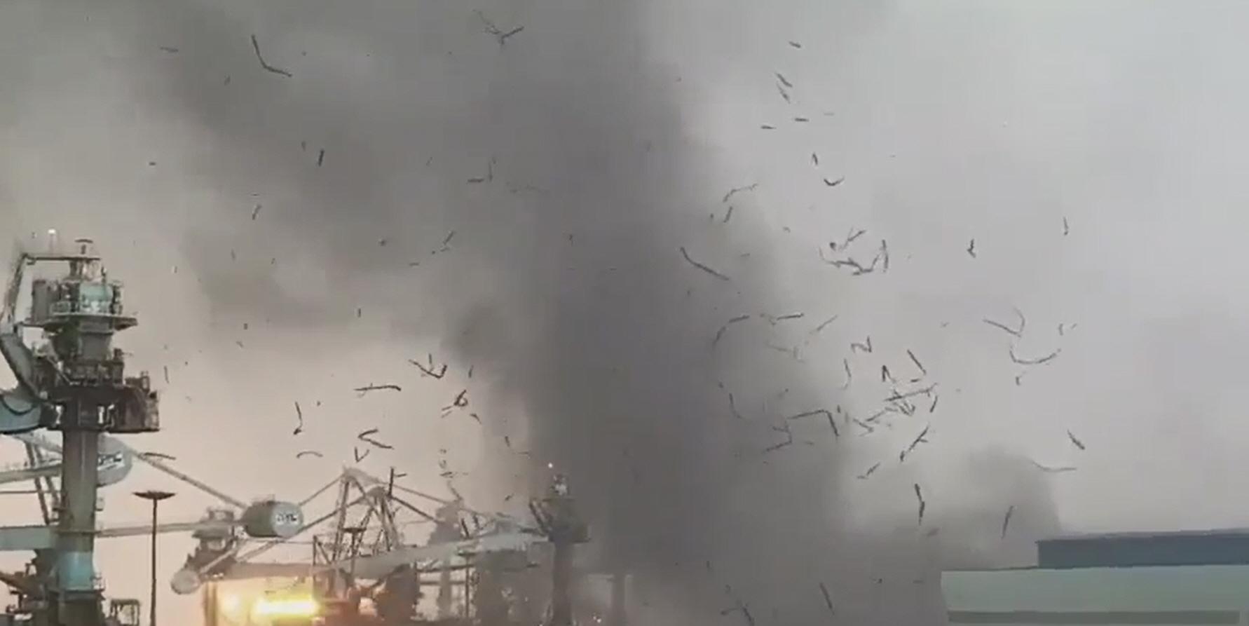 15일 오후 4시 30분 쯤 충남 당진시 송악읍 현대제철 당진공장 제품 출하장 슬레이트 지붕이 강한 바람에 휩쓸려 부두 쪽으로 날아가고 있다. [당진 시민 제공=연합뉴스]