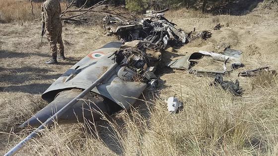2월 28일 파키스탄령 카슈미르 지역에서 파키스탄 전투기에 격추된 인도공군 소속 미그21 전투기의 잔해를 파키스탄 군인이 지키고 있다. [AP=연합뉴스]