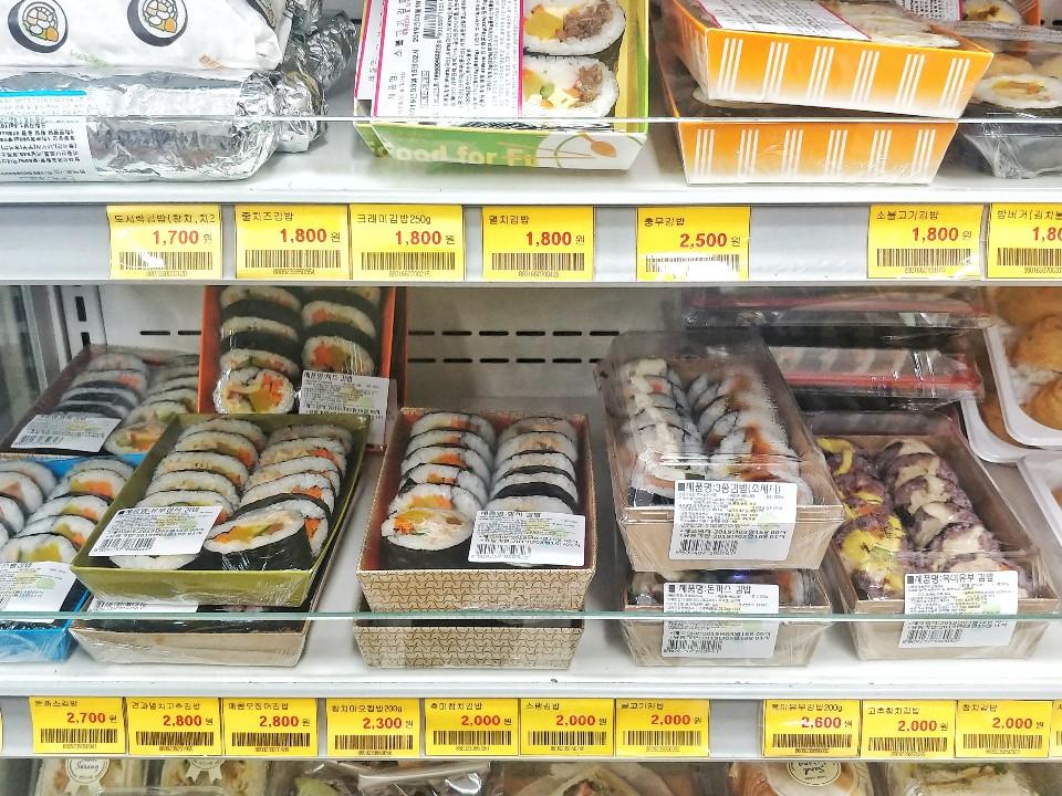 학생회관 학생식당 옆에 있는 생활협동조합 매점에서 파는 김밥과 샌드위치. 김밥가격도 1700원~2600원 선으로 학생들에게는 1000원 식사를 먹는것이 훨씬 저렴하다. 조미된 구운계란 2개의 가격은 1700원이다. 박해리 기자