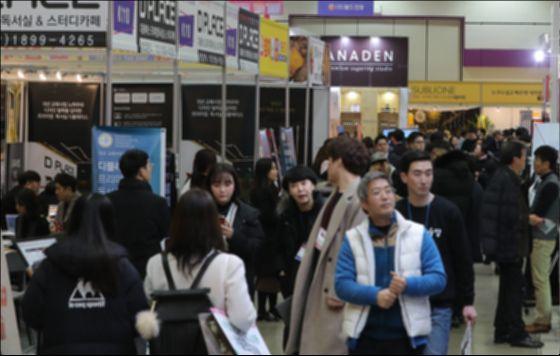 올해 초 열린 '제50회 프랜차이즈 창업박람회 2019'에서 참관객들이 참가업체 부스를 둘러보고 있다. [뉴스1]