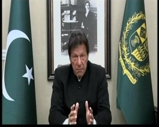 """2월 19일 파키스탄의 임란 칸 총리가 TV 연설에서 """"인도가 공격한다면 파키스탄은 보복할 것""""이라고 말하고 있다. [사진 트위터 @ABP News]"""