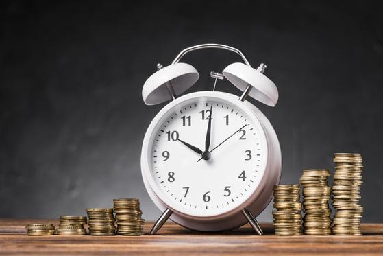 만약 1만 시간과 5억 원의 돈이 누구에게나 공평하게 주어진다고 해보자. 같은 시간과 돈이 주어졌지만 10년 후에는 1~2억 원을 모은 사람도 있고 빚을 진 사람도 있을 것이다. [사진 freepik]