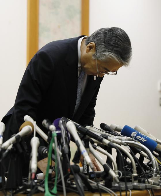 다케다 스네카즈 일본올림픽위원회(JOC) 회장이 지난 1월 도쿄에서 한 기자회견에서 머리를 숙이고 있다. [EPA=연합뉴스]