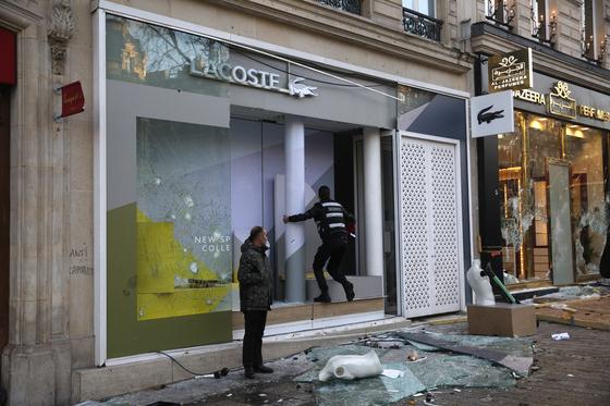 일부 노란 조끼 시위 참가자들이 샹젤리제 거리에 있는 라코스테 매장 등의 유리를 파손했다. [AP=연합뉴스]