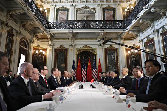 지난 21일 미국 워싱턴 백악관에서 열린 미국과 중국 간 무역협상에서 양측 대표단이 마주보고 앉았다. 오른쪽에서 셋째가 류허 중국 부총리, 왼쪽에서 다섯째가 로버트 라이트하이저 미 무역대표부(USTR) 대표다. [AP=연합뉴스]