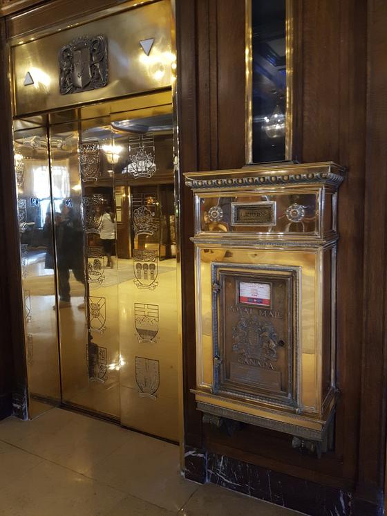 페어몬트 샤또 프롱트낙 호텔에는 모든 층의 엘리베이터 옆에 우체함이 있다. 여기에 편지를 넣으면 로비로 전달된다. [사진 캐나다관광청]