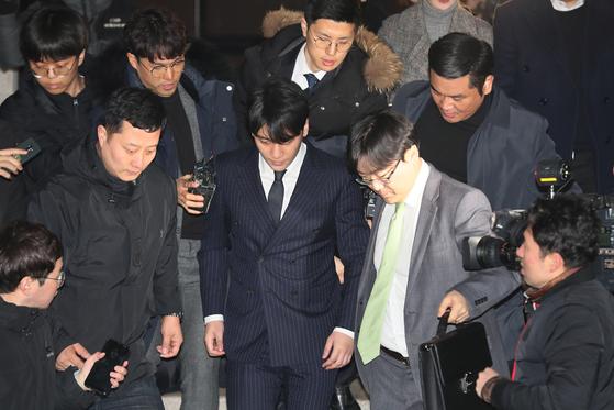 빅뱅 승리가 15일 오전 서울지방경찰청에서 조사를 마친 뒤 청사를 나오고 있다. [연합뉴스]
