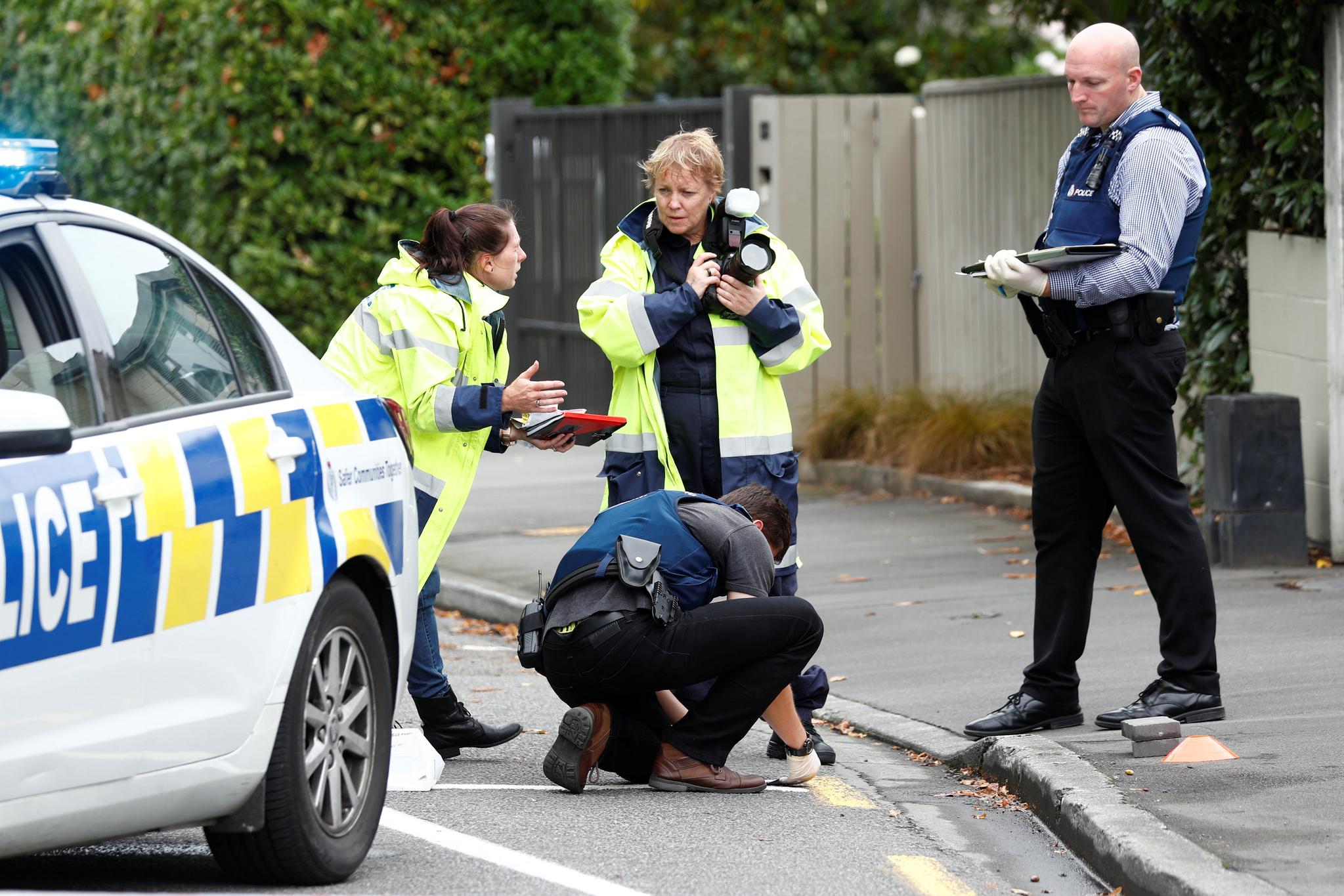 수사관들이 17일(현지시간) 뉴질랜드 크라이스트 처치의 사건현장을 조사하고 있다. [로이터=연합뉴스]
