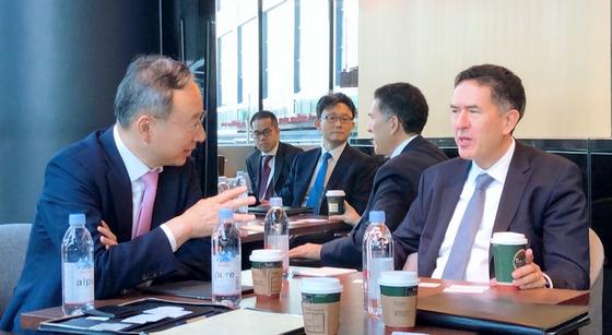 황창규 KT 회장이 15일 일본 도쿄 경제단체연합회관에서 무라트 손메즈 세계경제포럼(WEF) 4차산업혁명센터장과 5G에 대한 의견을 교환하고 있다. [사진 KT]