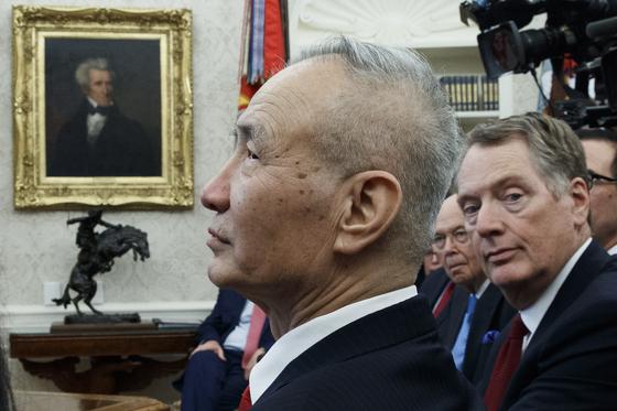 지난 1월 미국 백악관에서 열린 회의에서 류허 중국 부총리와 로버트 라이트하이저 미 무역대표부(USTR)대표. [EPA=연합뉴스]