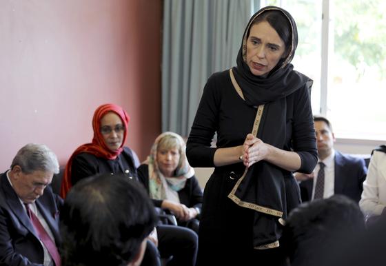 저신다 아던 뉴질랜드 총리가 17일 크라이스트처치 이민자 센터를 찾아 위로를 전하고 있다. [AP=연합뉴스]