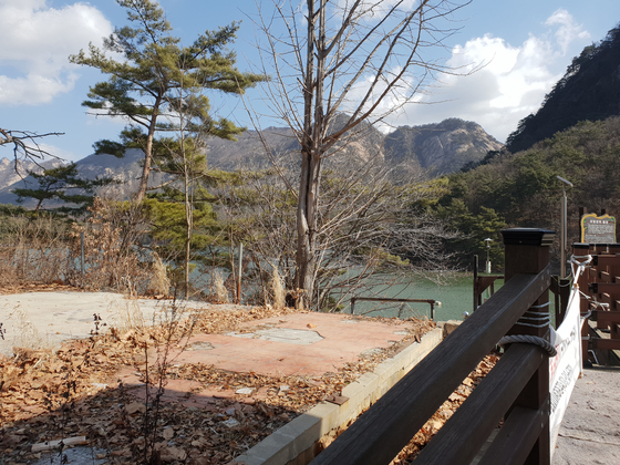 포천시가 지난해 말 복원 계획을 검토한 뒤 중단한 산정호수 '김일성 별장터'. 전익진 기자
