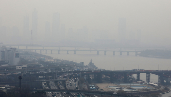 지난해 미세먼지로 인한 경제적 피해가 4조원을 넘는다는 연구 결과가 나왔다. 미세먼지 주의보가 발령된 지난 11일 서울 도심이 뿌옇게 흐려 있다. [뉴스1[