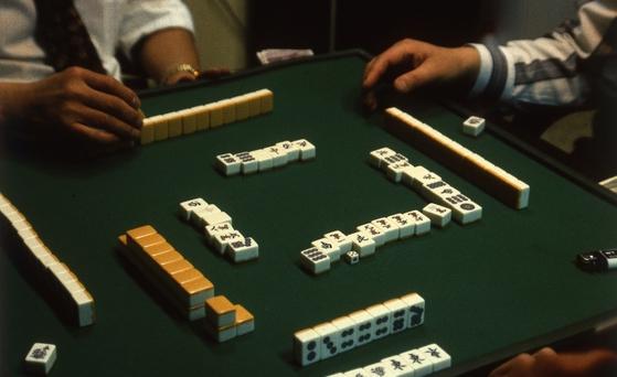 일본과 중국 등 여러나라에서는 마작을 두뇌게임, 건강 레저 등으로 활용하고 있는데 우리는 도박이라고 경원시한다. [중앙포토]
