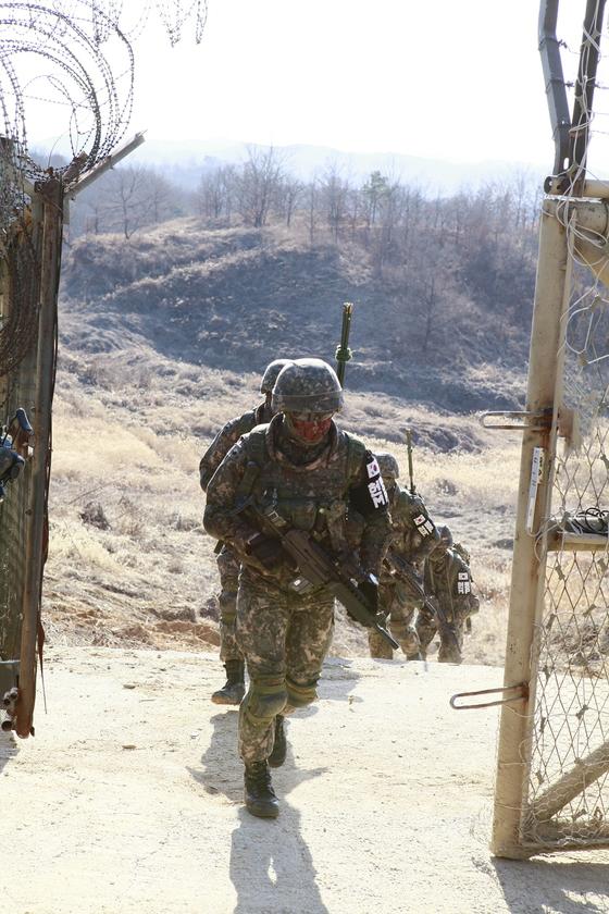 13일 오후 경기 연천 서부전선 비무장지대(DMZ)에서 육군 25사단 수색대원들이 통문으로 이동하고 있다. 과학화 경계시스템이 구축된 이후에도 DMZ 내 추진 철책 점검은 하루 한 차례 장병들의 손으로 직접 이뤄진다. [육군 제공]