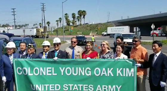 2018년 8월 3일(현지시간) 미국 캘리포니아주 5번 프리웨이에서 김영옥 대령 기념 고속도로(Colonel Young Oak Kim Memorial Highway) 기공식이 열렸다. 고속도로에 그의 이름을 붙이듯 미국 은 전쟁영웅 김영옥 대령을 높이 평가한다. [뉴시스]