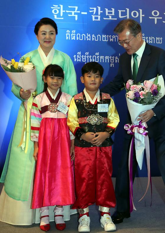 캄보디아를 국빈 방문한 문재인 대통령과 부인 김정숙 여사가 참석한 가운데 지난 14일 프놈펜 시내 한 호텔에서 동포간담회가 열리고 있다. [청와대사진기자단]