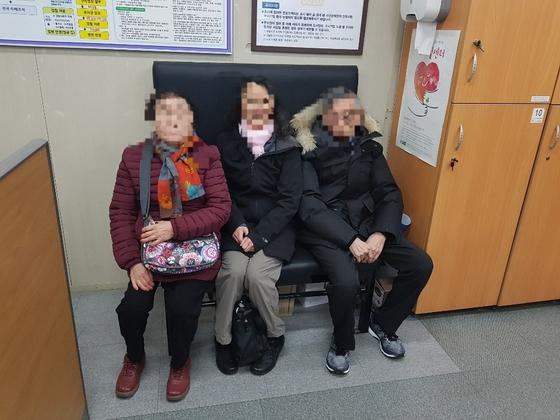 미국으로 입양된 A씨(가운데)가 13일 서울 서대문 경찰서에서 52년 전 헤어진 부모와 만나고 있다 [제공 서울서대문경찰서]