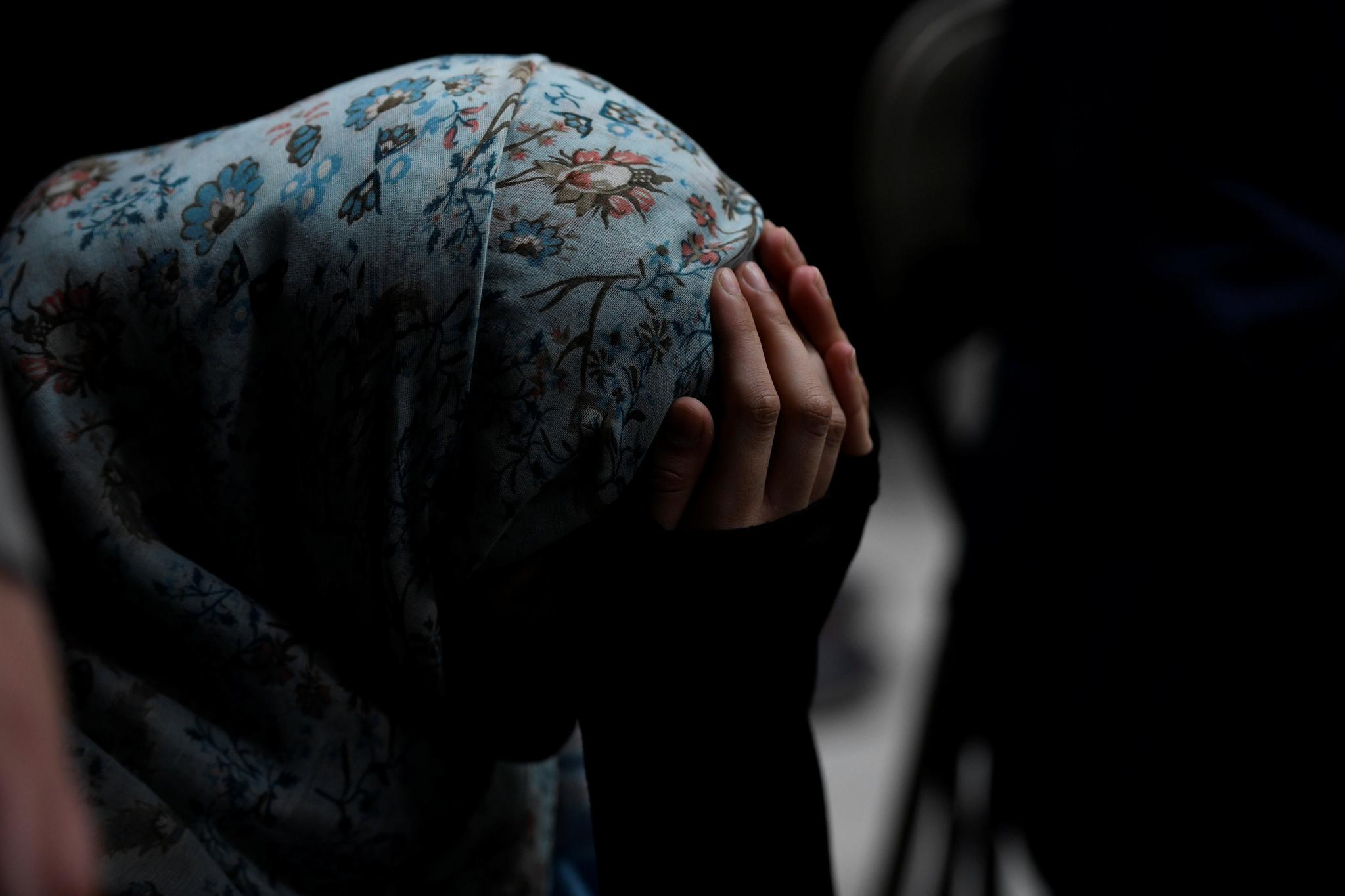 16일(현지시간) 뉴질랜드 크라이스트처이에서 한 여성이 희생자를 추모하며 슬퍼하고 있다. [로이터=연합뉴스]