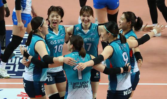 17일 서울 장충체육관에서 열린 플레이오프 2차전에서 득점을 올린 뒤 기뻐하는 GS칼텍스 선수들. [연합뉴스]