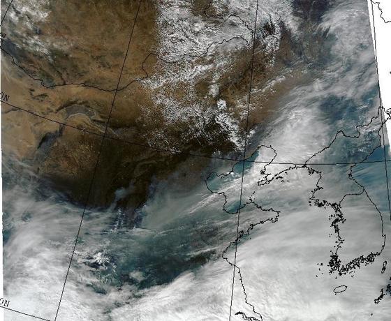 최악의 미세먼지 농도를 보였던 지난 5일 미 항공우주국(NASA) 테라/아쿠아 위성이 촬영한 한반도 주변. 중국의 오염물질이 서해를 건너 들어오는 모습을 볼 수 있다. [자료 기상청 홈페이지]