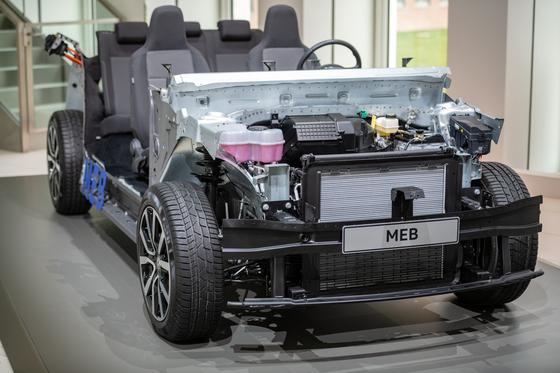 폴크스바겐 그룹이 지난 12일 연례 프레스 콘퍼런스에서 공개한 전기차 전용 모듈러 플랫폼 MEB. 폴크스바겐은 MEB를 오픈 플랫폼으로 공개해 전기차 시장의 헤게모니를 장악하겠다는 계획이다. [연합뉴스]