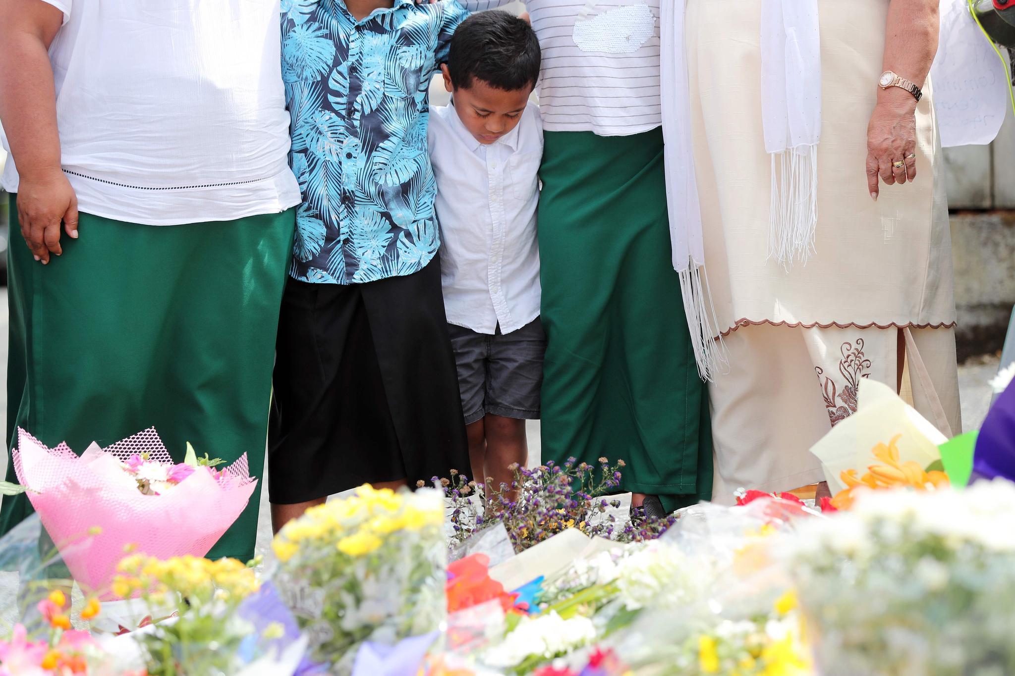 한 어린아이가 17일(현지시간) 뉴질랜드 크라이스트처치에서 희생자를 위해 기도하고 있다. [AFP=연합뉴스]