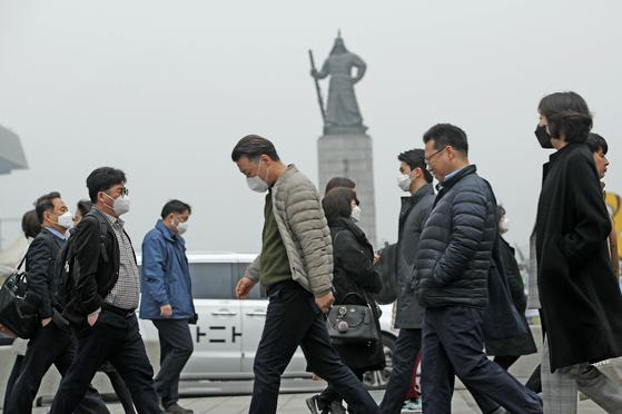 서울의 초미세먼지가 세제곱미터당 160 마이크로그램까지 치솟으면서 역대 최고 수치를 기록한 5일 오전 서울 광화문 광장에서 마스크를 쓴 시민들이 출근길을 서두르고 있다. 2019.3.5. [뉴스1]