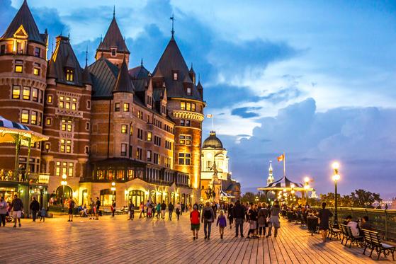 캐나다 퀘벡시티는 산책하기 좋은 도시다. 도시 랜드마크인 '페어몬트 샤또 프롱트낙 호텔' 앞에는 세인트로렌스강을 보며 걸을 수 있는 산책로가 있다. [사진 캐나다관광청]