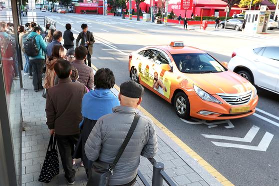 택시업계 종사자들이 24시간 운행중단을 하며 파업을 실시한 지난해 12월 18일 오전 서울(서부)역 택시승강장에서 시민들이 택시를 기다리고 있다. 장진영 기자