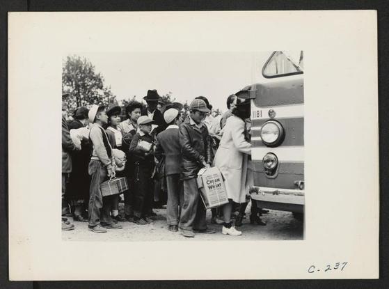 1942년 일본계 미국인들이 강제수용소행 버스에 탑승하고 있다. [사진 Online Archive of California]