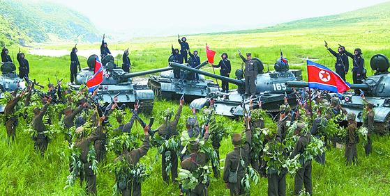 지난 2012년 조선인민군 근위 류경수 제 105 탱크사단의 훈련 모습. [조선중앙통신=연합뉴스]