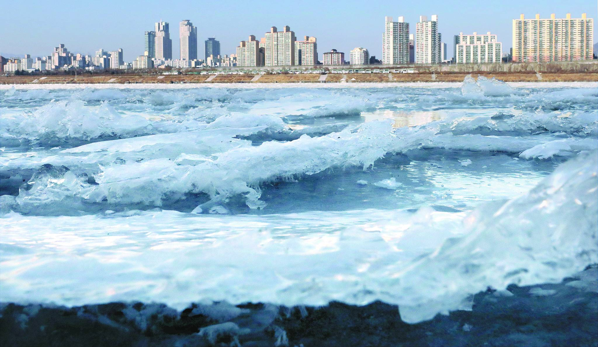 1월 서울 한강이 얼어붙은 모습. [뉴시스]