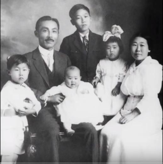 1918년 도산 안창호 선생 가족. 왼쪽부터 안필선, 도산 선생, 안수라, 안필립, 안수산, 이혜련 여사. [사진 대한인국민회 기념재단]
