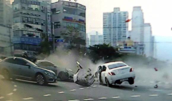 2016년 부산시 해운대구 도심에서 일어난 교통사고 당시 CCTV에 잡힌 장면. [사진 부산경찰청]
