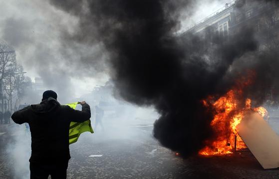 화염에 휩싸인 파리 샹젤리제 거리 [AP=연합뉴스]