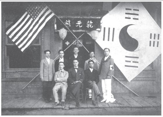 1909년 2월 1일 하와이와 미주 단체들이 합쳐져 대한인국민회(국민회)가 만들어졌다. 대봉보국회가 10년 5월 국민회에 참가한 뒤로 정식 이름이 국민회로 바뀌었다. 국민회는 미주 지역의 항일투쟁과 독립운동의 원류다. 1909년 국민회 하외이 지방 총회 창립회원들. 앞줄 왼쪽부터 박상하, 정원명(초대회장), 강용수(비서), 뒷줄 안원규(재무), 홍인표(비서), 이내수(부회장), 성용환(총무), 성명 미상. [사진 국사편찬위원회]