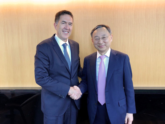 지난 15일 일본 도쿄 경제단체연합회관에서 황창규 회장(왼쪽)이 무라트 손메즈 세계경제포럼(WEF) 4차산업혁명센터장과 인사를 나누고 있다. [사진 KT]