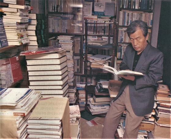 이상희(87) 대구 전 시장이 자신이 평생 모은 도서 7만권을 대구 두류 도서관에 기증했다. 사진은 10여년 전 이씨가 집 지하실에서 책을 읽고 있는 모습. [사진 대구 두류도서관]