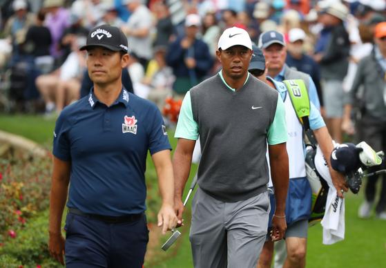 17일 열린 플레이어스 챔피언십 3라운드에서 동반 플레이를 펼친 케빈 나(왼쪽)와 타이거 우즈. [PGA 투어]