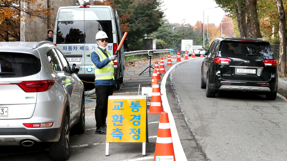 서울 마포구 성산대교 인근 도로에서 한국환경공단 직원이 자동차 배출가스 원격측정(휘발유·가스 차량) 단속을 하고 있다. 우상조 기자