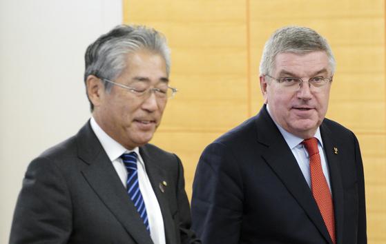 다케다 스네카즈 일본올림픽위원회(JOC) 회장(왼쪽)과 토마스 바하 국제올림픽위원회(IOC) 위원장. [AP=연합뉴스]