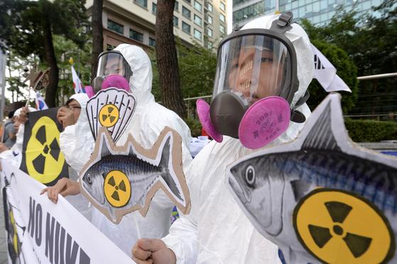 환경운동연합 회원들이 17일 오전 서울 종로구 일본대사관 앞에서 후쿠시마 원전 방사능 오염 폐수의 무단 방류를 규탄하며 일본산 수산물 수입중단을 요구하고 있다. 참석자들은 특히나 추석을 앞두고 제사상에 조기, 굴비, 조개 등의 수산물이 올라가는데 방사능에 오염된 것을 올릴 수 없다며 일본이 국제사회에 도움을 청해 신속하게 방사능 문제를 해결할 것을 촉구했다. 2013.9.17 [ 뉴스1 ]