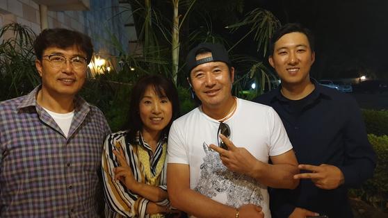 최영문 회장(왼쪽) 가족과 최호성(오른쪽에서 두번째) 선수. 성호준 기자.