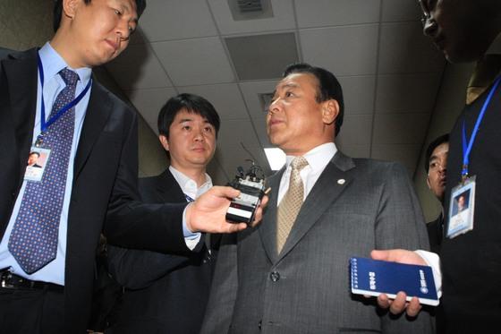 이완구 충남지사가 2009년 12월 1일 오전 국회에서 열린 세종시특위 전체회의에 참석한 뒤 기자들의 질문을 받고 있다. [중앙포토]