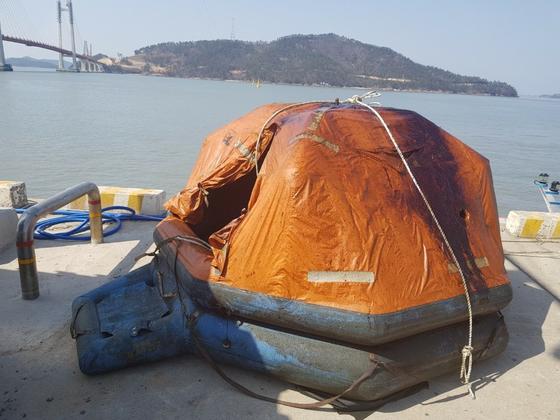 전남 영광군 송이도 인근 해상에서 지난 15일 예인선이 침몰해 2명이 숨지고 1명은 17일 현재 실종 상태다. 사진은 사고 해역에서 발견된 구명뗏목. [사진 목포해양경찰서]