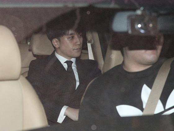 해외 투자자 성접대 의혹을 받고 있는 가수 승리(본명 이승현)가 지난 15일 오전 서울 종로구 서울지방경찰청에서 피의자 신분 조사를 마친 후 귀가하고 있다. [뉴스1]